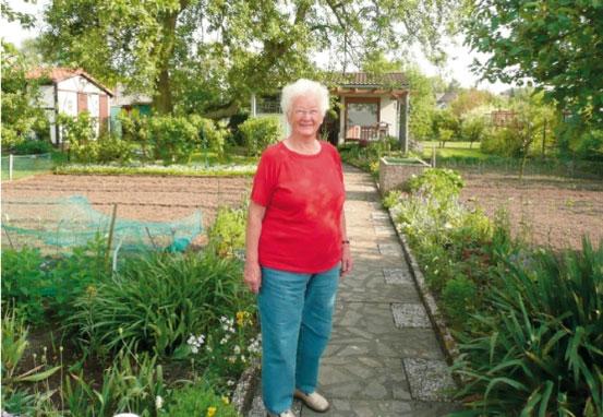 Die 82-jährige Inge Steinkuhl vor ihrer Laube in Gelsenkirchen-Erle.