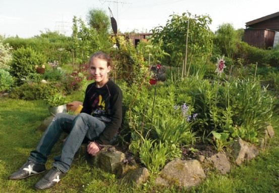 Die zehnjährige Hobby-Gärtnerin Jessica in ihrem ökologischen Beet bei